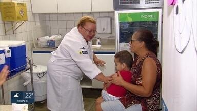 Crianças são vacinadas contra a poliomielite e o sarampo no Dia D - Pais e responsáveis levaram menores de 1 a 5 anos para os postos fixos e volantes, no Recife