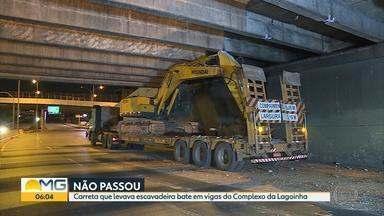 Carreta atinge estrutura de viaduto do Complexo da Lagoinha, em BH - O veículo transportava uma escavadeira e acabou atingindo a estrutura.