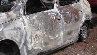Corpo carbonizado é encontrado em porta-malas - O carro estava em uma estrada rural perto da BR-277.