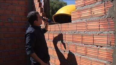 Um orelhão no meio do caminho - Construção de parede de posto de saúde esbarra em orelhão
