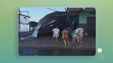 Forte chuva atinge Novo Airão e deixa casas destelhadas - O telhado de um prédio localizado no centro da cidade foi jogado do outro lado da rua.