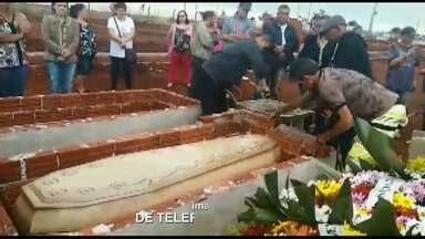 Família vive drama em cemitério de Sarandi - O caixão era maior que o túmulo e os funcionários do local se recusaram a fazer o enterro.
