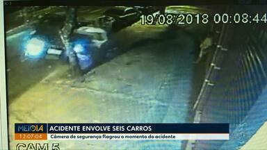 Câmeras de segurança flagram acidente com seis carros - A polícia vai investigar como o acidente foi provocado