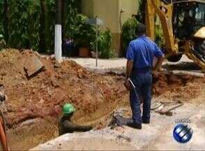 Um vazamento de água na avenida Rômulo Maiorana complica o trânsito - Um veículo caiu em uma cratera rompendo a tubulação de água da via.