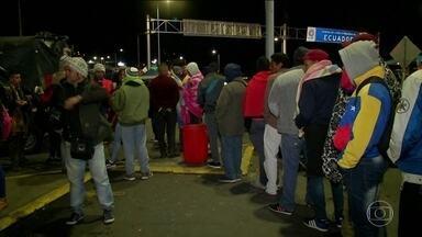 Centenas de venezuelanos são barrados na fronteira do Equador - Para entrar no país, os venezualanos precisam agora de passaporte, o que poucos têm. A exigência começou a valer no sábado.