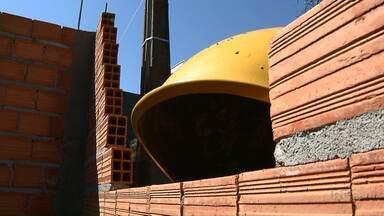 Orelhão que estava atrapalhando obra é retirado em Londrina - A construtora entrou em contato com a Sercomtel e hoje (20) de manhã foram lá e retiraram o orelhão. Como já tinha outro por perto, não foi preciso colocar em um novo local.