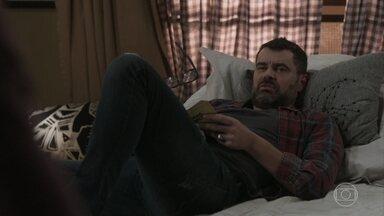 Rafael conversa com Márcio sobre a relação dele com Pérola - Ele diz que o filho deveria assumir o namoro com Pérola e deixa Márcio irritado