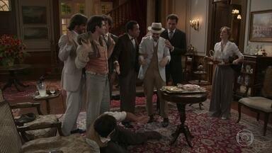 Os amigos tentam pregar uma peça no noivo Ernesto - Ludmila avisa que Ema está chegando e todos disfarçam