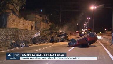 Engavetamento deixa duas pessoas feridas no Anel Rodoviário em BH - Trânsito estava lento no momento do acidente por causa da transferência da carga de uma carreta que havia se envolvido em outro acidente no último domingo (19).