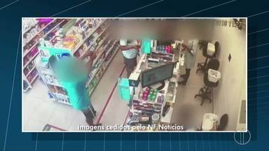 Imagens flagram assalto a uma drogaria em Campos, no RJ - Assista a seguir.