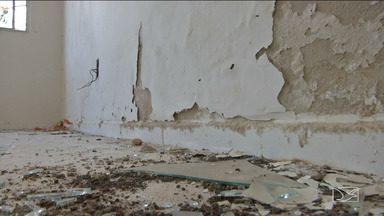 População reclama do abandono do Centro de Referência de Assistência Social de Parnarama - Sem nunca ter funcionado e sem ninguém para vigiar as instalações, o prédio já foi depredado por vândalos.