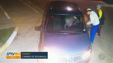 Câmeras registram momento de desespero de uma mãe durante assalto, em Hortolândia - Criminosos abordaram a mulher quando ela entrava na garagem de casa. Bebê de nove meses de idade estava abordo do veículo.