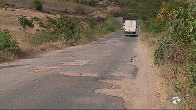 PE-145 apresenta problemas em Brejo da Madre de Deus - População reclama de buracos e falta de acostamento.