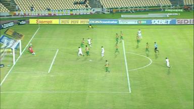 Maguinho tabela, recebe na área e bate cruzado pelo Vila Nova - No primeiro minutos de jogo, Maguinho tabela, recebe na área e bate cruzado pelo Vila Nova contra o Sampaio.