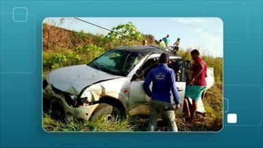 Carro com 4 pessoas capota na BR-319 - Uma pessoa morreu e outra ficou ferida.