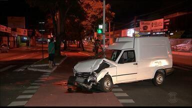 Dois carros se envolvem em acidente em cruzamento de João Pessoa - Veículos ficaram danificados, mas colisão não deixou feridos.