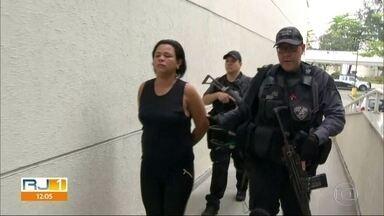 Operação no Morro de São Carlos prende suspeita de negociar armas para todo o estado - Marcela das Chagas faria a ligação entre quadrilhas do Rio e de São Paulo. Outras 12 pessoas também foram presas.