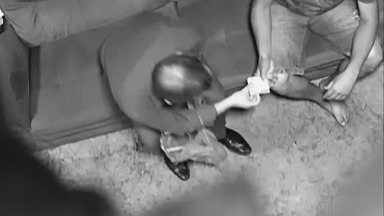 Ministério Público investiga vídeo onde prefeito de Biritiba Mirim distribui dinheiro - O vídeo de autoria desconhecida mostra o prefeito Jarbas Ezequiel de Aguiar dando maços de dinheiro para vereadores do município.