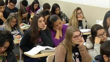 Mulheres são maioria entre os inscritos para o Enem no Alto Tietê. - Para o exame deste ano, cerca de 40.500 moradores do Alto Tietê se inscreveram. Mais de 60% são mulheres que buscam uma bolsa de estudos no ensino superior.