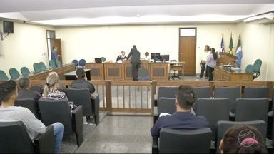Justiça julga grupo acusado de matar jovem em tribunal do crime - O caso ocorreu em abril de 2015.