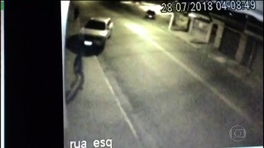 Câmeras de segurança registram perseguição e atropelamento de homem - Motorista foi preso e deve responder por tentativa de homicídio.