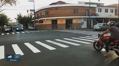 Pedestres relatam dificuldade para atravessar rua sinalizada em Ribeirão Preto - Motoristas não respeitam sinalização.