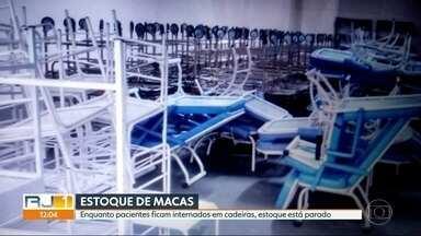 Prefeitura do Rio mantém estoque de material hospitalar enquanto pacientes sofrem na fila - Na porta dos hospitais, pacientes com risco de vida aguardam de pé, por falta de maca. Do lado de dentro tem gente internada em cadeiras e nos corredores. Nas duas situações, os pacientes escutam que não tem maca nem leito.
