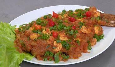 Receita de pescada - Receita prática leva peixe empanado e molho de tomate com camarões.