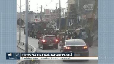 Bandidos usam carros de motoristas como escudo durante tiroteio na Grajaú-Jacarepaguá - A troca de tiros com homens das forças armadas foi durante a madrugada deste sábado (25).