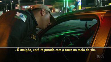 Motorista é flagrado dormindo dentro do carro na Avenida Manoel Ribas - Ele não quis fazer o teste do bafômetro e foi levado à delegacia de Trânsito.