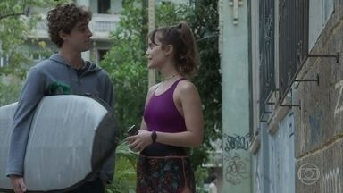 Verena chama Álvaro para tomar um café - A atleta encontra o amigo voltando da praia. Álvaro conta que morava perto do mar em Florianópolis