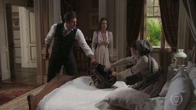 Darcy e Elisabeta conseguem resgatar as provas contra ela - Petúlia recupera a pasta de Susana no jardim, mas o casal consegue a pasta contendo as provas