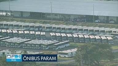Rodoviários fazem paralisação no DF - Os motoristas e cobradores cruzaram os braços no início da manhã e deixaram milhares de passageiros a pé. Eles reclamam da sujeira e da falta de manutenção dos ônibus da empresa São José.