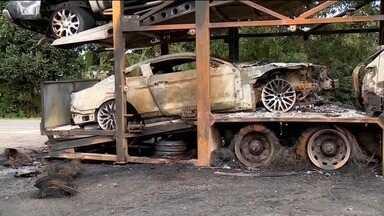 Caminhão-cegonha pega fogo na BR-101 e vários carros ficam destruídos, no ES - Apenas um dos carros estava avaliado em R$ 300 mil.