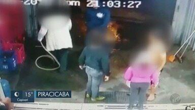 Suspeitos armados invadem supermercado em Piracicaba - Polícia divulgou imagens das câmeras de monitoramento do caso, que aconteceu no domingo (26). Ninguém foi preso, até o momento.
