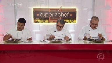 Confira as notas da prova 'Carimbando o Passaporte' - O ator Arthur Aguiar e os chefs Marcos Sodré e Roland Villard avaliam os pratos dos participantes do 'Super Chef Celebridades'