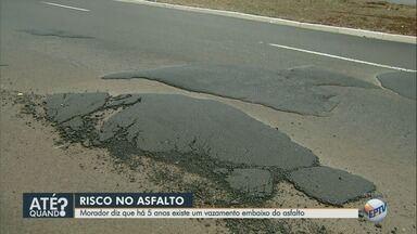Morador reclama de vazamento de água sob o asfalto na Avenida Meira Júnior - Síndico de condomínio diz que cobra conserto desde 2013.
