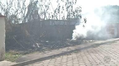 Bombeiros combatem incêndio no bairro Popular Nova - Fogo destruiu terreno baldio.