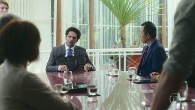 Emílio marca uma reunião com todos para anunciar que é o novo acionista - Emílio se faz de vítima e se diz agradecido por fazer parte da empresa de Samuca