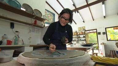 Sônia e o marido recomeçaram a vida em Brumadinho com a produção de cerâmicas - Eles perderam a filha Yumi de forma trágica, em 2009, quando uma forte chuva desabou em Angra dos Reis e provocou um deslizamento de terra, soterrando a Pousada Sankay, matando 31 pessoas. Sônia e o marido se mudaram para Brumadinho para se dedicarem ao artesanato.