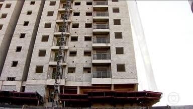 Construção civil tem 17 trimestres de queda; produção industrial também caiu - Incertezas sobre a economia pesam mais para as empresas maiores, que trabalham no longo prazo, atingindo mais a indústria e a construção civil.