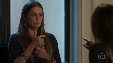 Karola aceita sair do país - Laureta convence a perua a ir para Paris com Remy