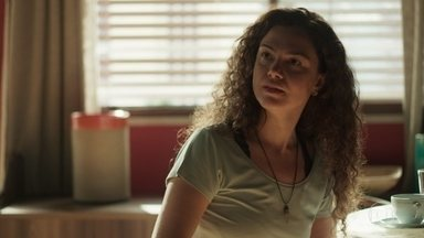 Selma pressiona Maura sobre seus sentimentos por Ionan - Ela acusa o policial de estar envolvido na farsa sobre a morte de Beto