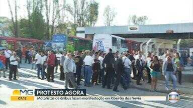 Motoristas da Saritur protestam por causa da falta de segurança para trabalhar - Funcionários se concentram em frente à porta da empresa, no bairro Florença, em Ribeirão das Neves, na Grande BH.