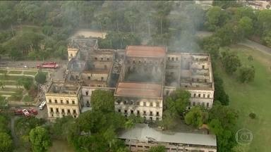 Museu Nacional é destruído por incêndio na Quinta da Boa Vista (RJ) - Os bombeiros do Rio ainda trabalham para combater focos do incêndio que destruiu o Museu Nacional. Ainda há muita fumaça no terceiro andar.