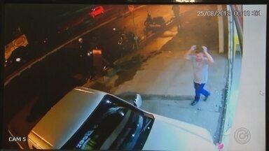 Motorista que atropelou comerciante em Buritama ainda está solto - O motorista que invadiu um depósito de bebidas e atropelou uma comerciante em Buritama (SP) ainda não foi preso. A vítima teve fraturas nas pernas e ainda se recupera no hospital. O crime foi no dia 25 de agosto.