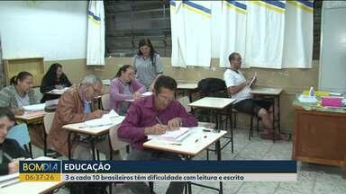 3 a cada 10 brasileiros têm dificuldade com leitura e escrita - Reportagem mostra o exemplo de adultos que voltaram para a sala de aula.