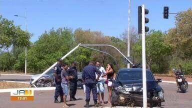 Motorista perde o controle da direção e derruba semáforo em avenida de Palmas - Motorista perde o controle da direção e derruba semáforo em avenida de Palmas