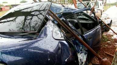 Motorista fica ferido depois de bater carro em poste - O acidente foi na manhã de domingo.