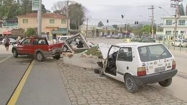 Homem bate em carro estacionado em posto de combustíveis de Sorocaba - Um homem ficou gravemente ferido após se envolver em um acidente com dois carros e uma moto em um posto de combustíveis no bairro Brigadeiro Tobias, em Sorocaba (SP), na manhã desta segunda-feira (3).